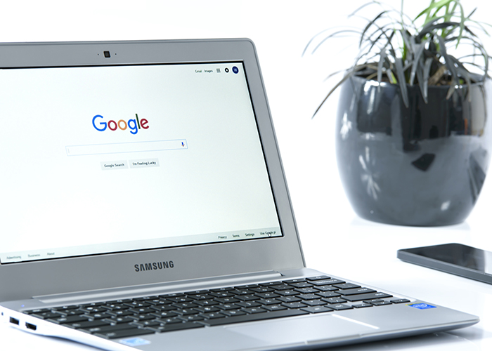 ノートパソコンに表示されたGoogleのホーム画面