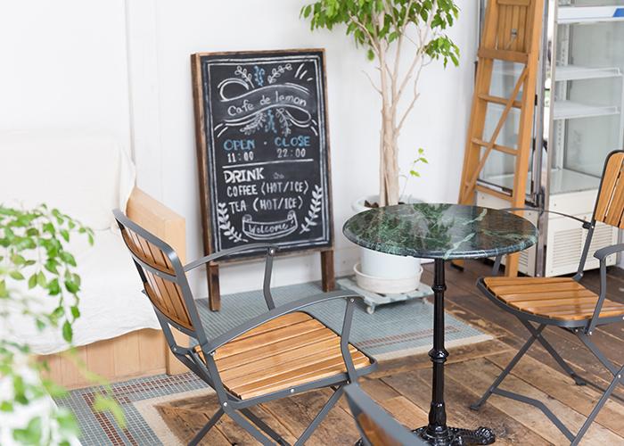 黒板メニューの飾られたウッドデッキ