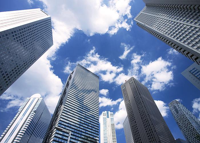 下から見上げたビル群と青空